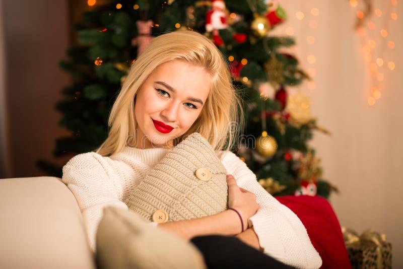 Mujer de la manera Mujer moderna de la Navidad emociones fotos de archivo