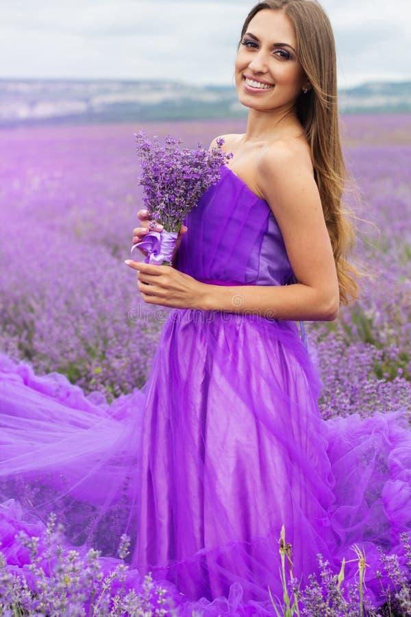 Mujer de la moda con el ramo de flores de la lavanda fotografía de archivo libre de regalías