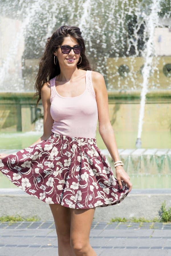 Mujer de la moda con la falda en Italia imágenes de archivo libres de regalías