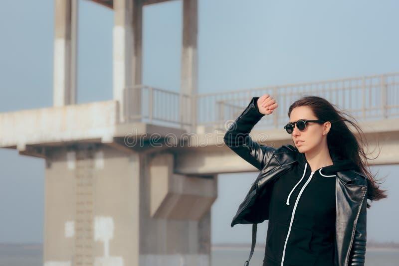 Mujer de la moda con las gafas de sol y el estilo del motorista de la roca de la chaqueta de cuero imágenes de archivo libres de regalías
