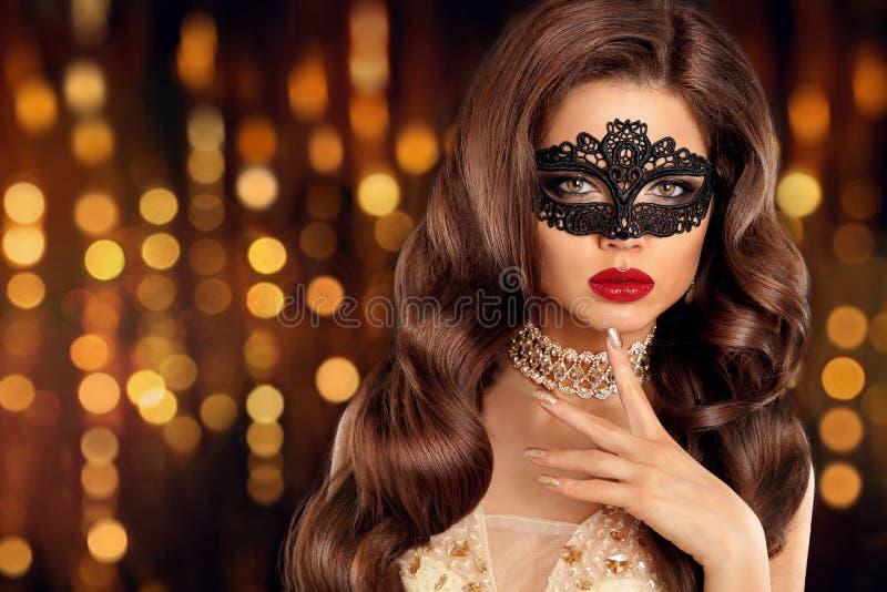 Mujer de la moda de la belleza en oro Morenita elegante con maquillaje, de largo foto de archivo