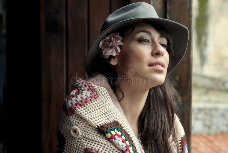 Mujer de la moda de los hispanos imagenes de archivo