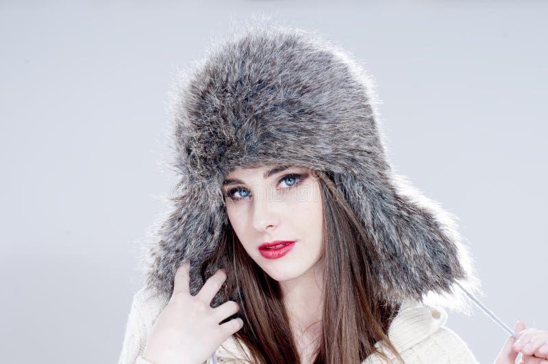 Mujer de la moda del invierno en un sombrero de piel fotografía de archivo