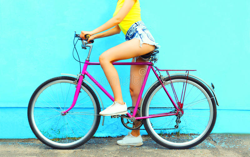 Mujer de la moda del verano con la bicicleta imagenes de archivo
