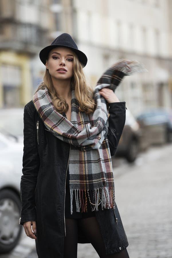 Mujer de la moda en el camino fotografía de archivo