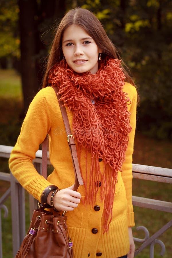 Mujer de la moda en el puente en parque del otoño fotos de archivo libres de regalías