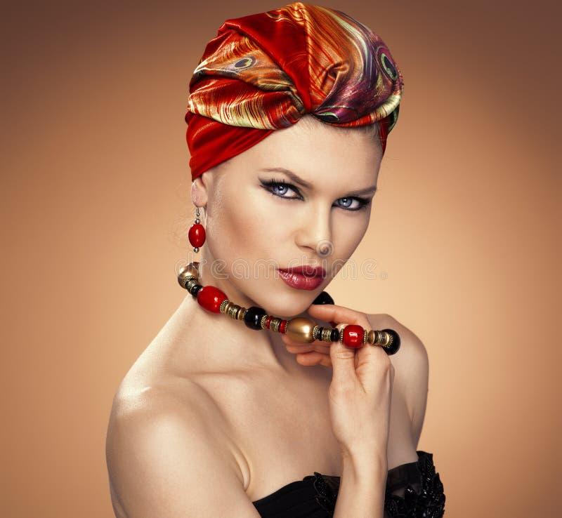 Mujer de la moda en turbante imagenes de archivo