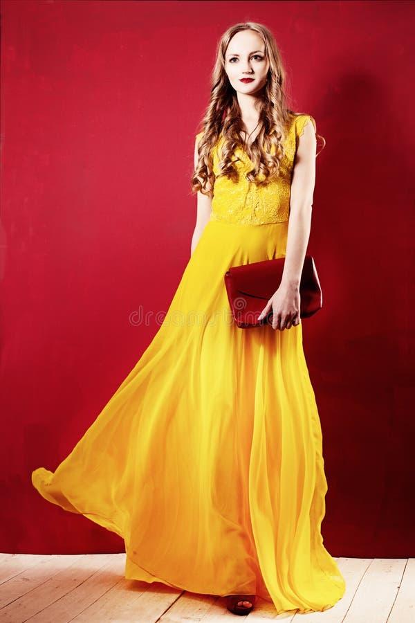 Mujer de la moda en un vestido de seda elegante imágenes de archivo libres de regalías