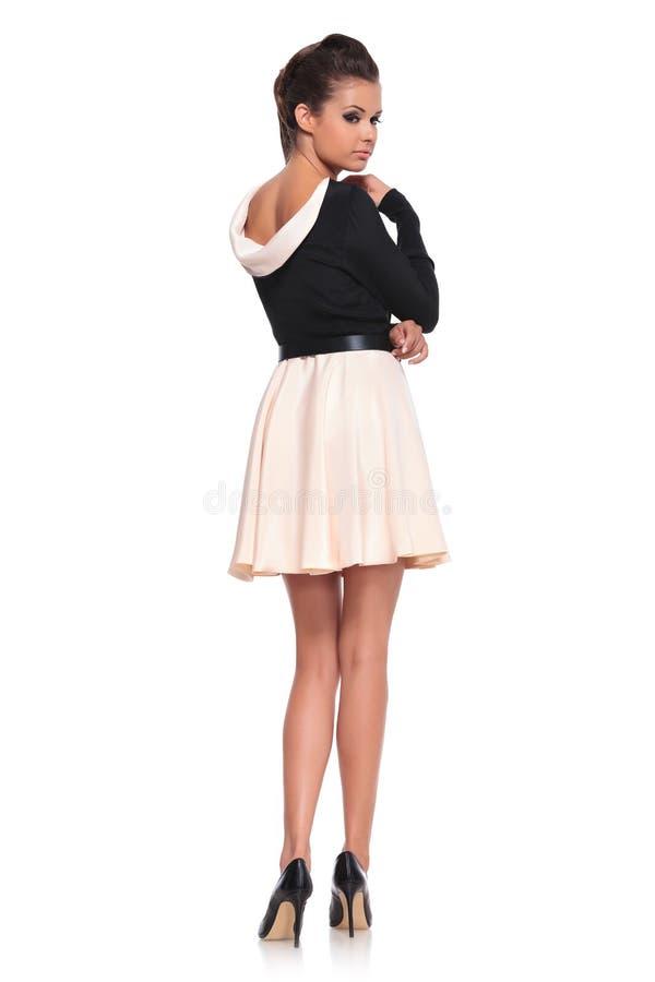 Mujer de la moda en una presentación corta del vestido sexy fotografía de archivo