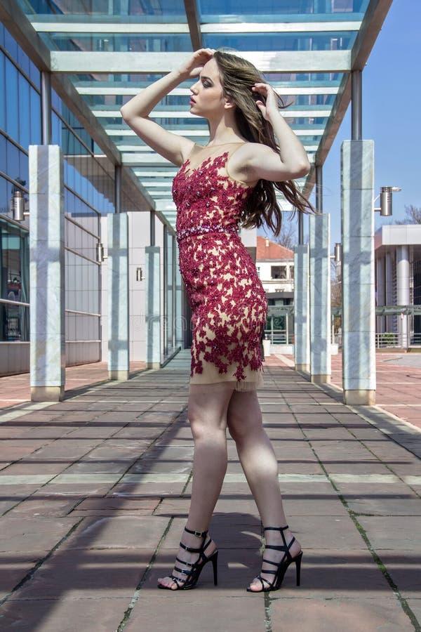 Mujer de la moda en vestido fotos de archivo