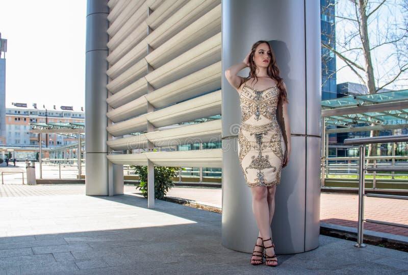 Mujer de la moda en vestido imágenes de archivo libres de regalías