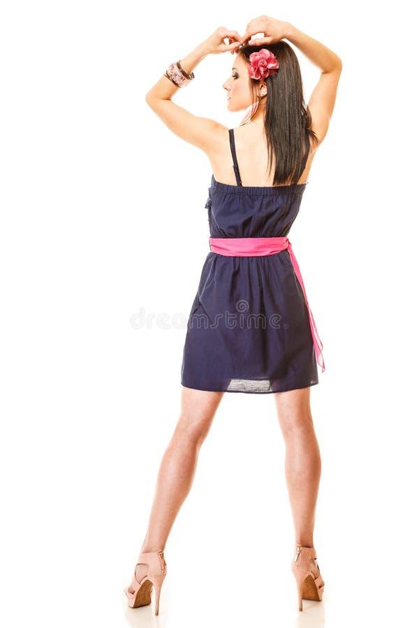 Mujer de la moda en vestido y tacones altos del verano imagen de archivo