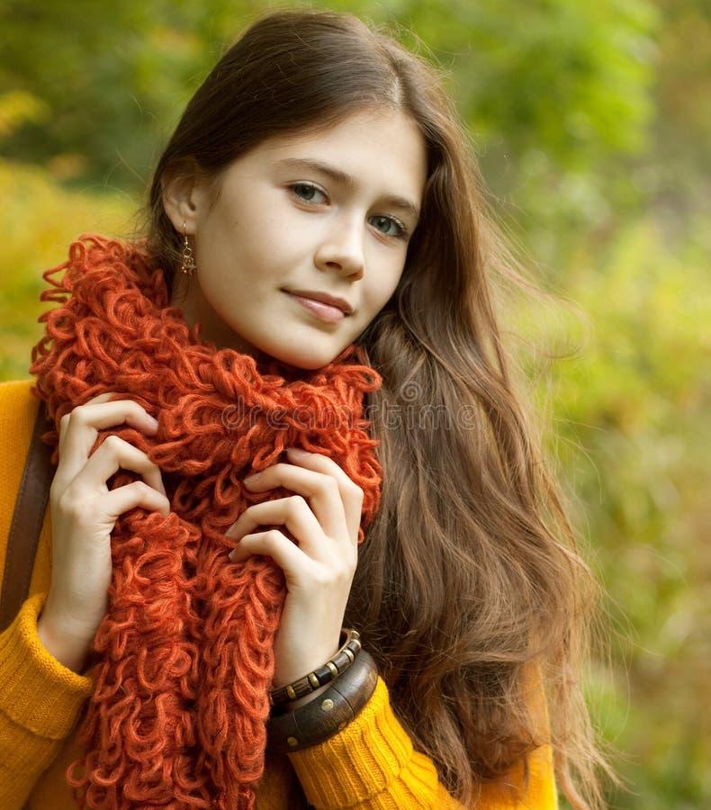 Mujer de la moda que camina en parque del otoño foto de archivo libre de regalías