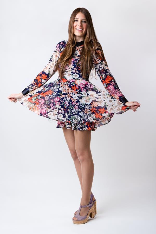 Mujer de la moda que lleva un vestido bonito de la primavera fotos de archivo libres de regalías