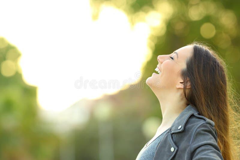 Mujer de la moda que respira el aire fresco al aire libre foto de archivo libre de regalías