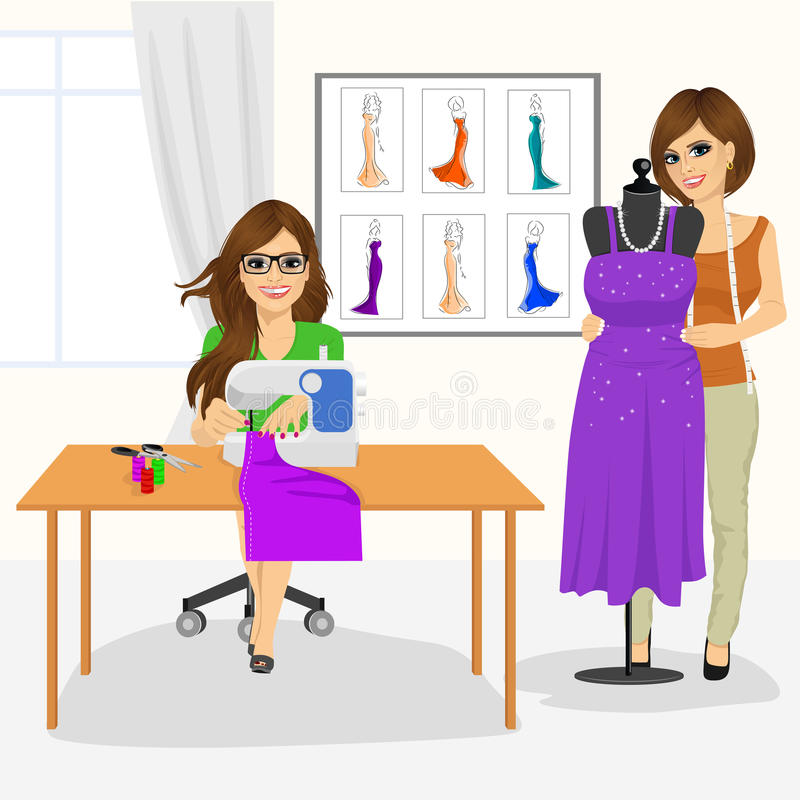 Mujer de la modista que usa la máquina de coser y al diseñador de moda que cubren un maniquí con un vestido stock de ilustración