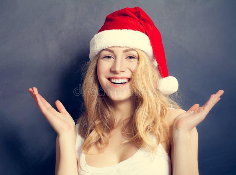 Mujer de la Navidad en Santa Hat Having Fun Modelo sonriente de Navidad imagen de archivo libre de regalías