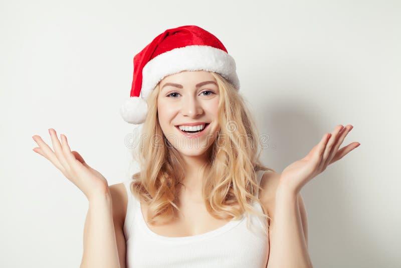 Mujer de la Navidad en Santa Hat Having Fun y manos para arriba Modelo sonriente de Navidad fotografía de archivo libre de regalías