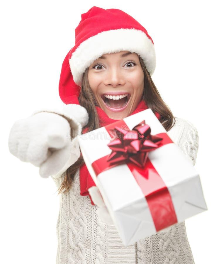 Mujer de la Navidad que da el regalo emocionado fotos de archivo libres de regalías