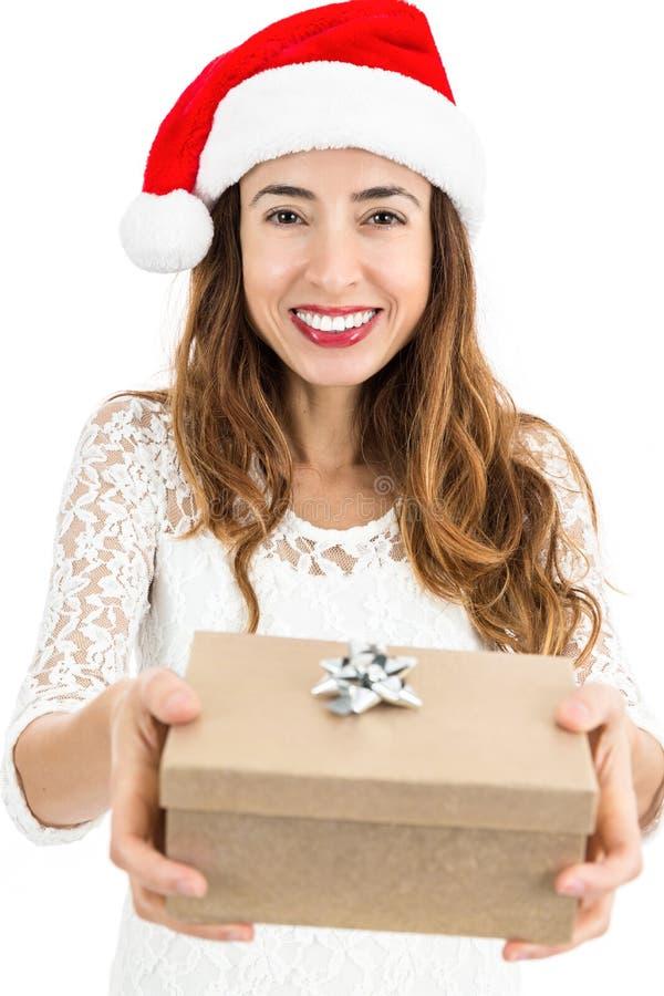 Mujer de la Navidad que muestra su caja de regalo imágenes de archivo libres de regalías