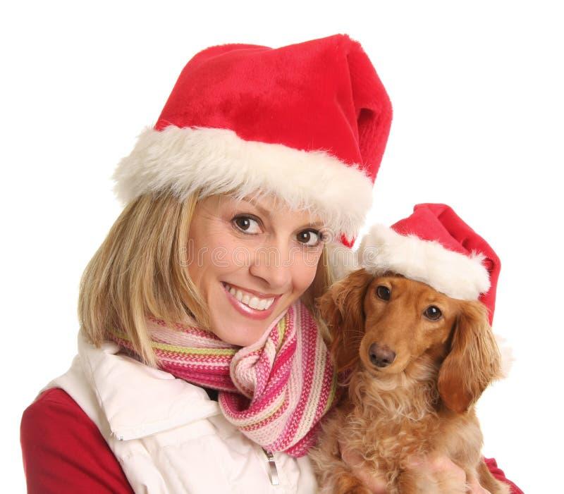 Mujer de la Navidad y su perro. fotografía de archivo