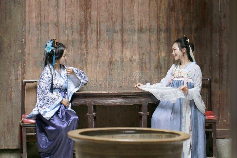 Mujer de la obra clásica china en el vestido de Hanfu charla con uno a imagen de archivo libre de regalías