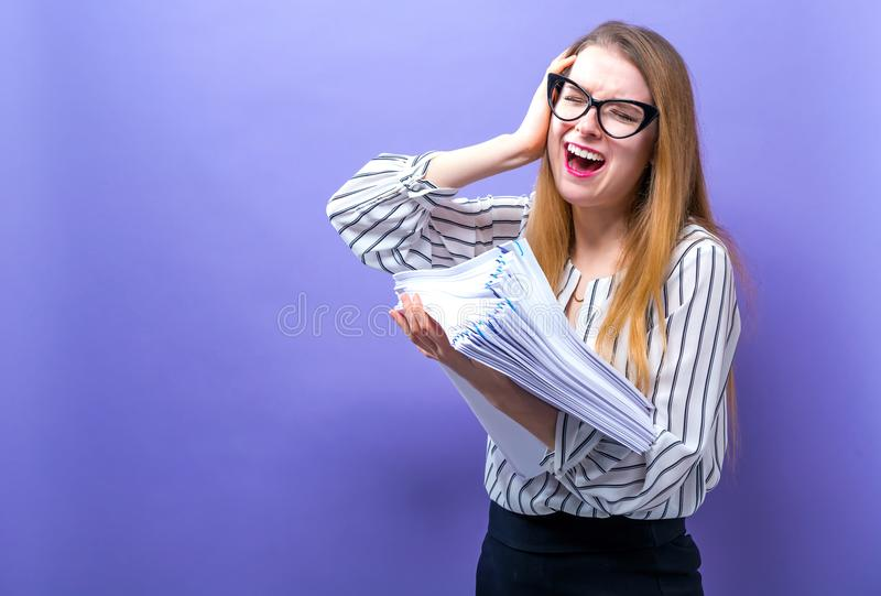 Mujer de la oficina con una pila de documentos fotos de archivo