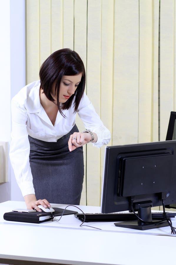 Mujer de la oficina en una prisa fotos de archivo libres de regalías