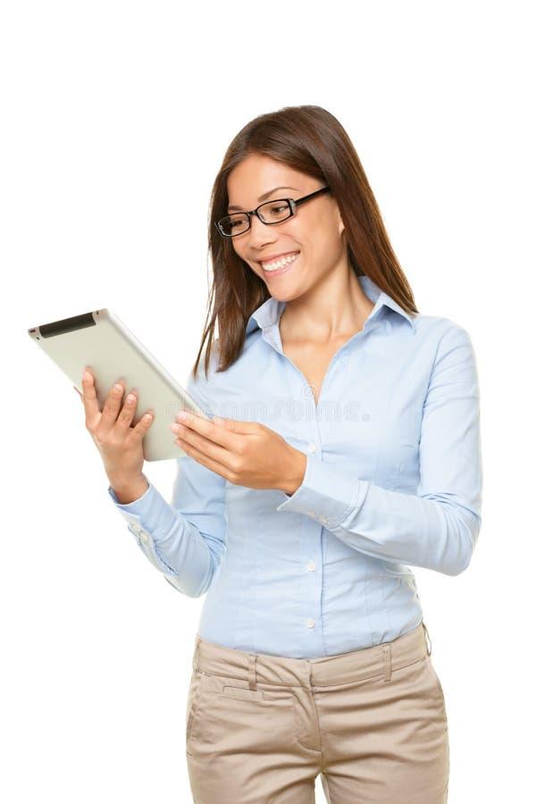Mujer de la PC de la tablilla feliz