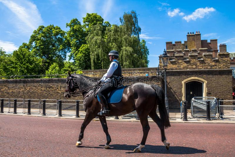 Mujer de la policía a caballo enfrente de St James Palace Foco selectivo foto de archivo libre de regalías