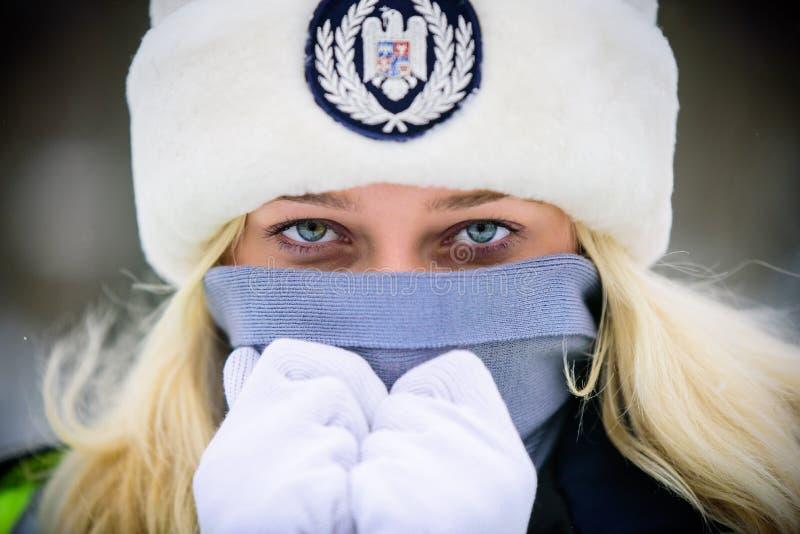 Mujer de la policía en invierno fotos de archivo