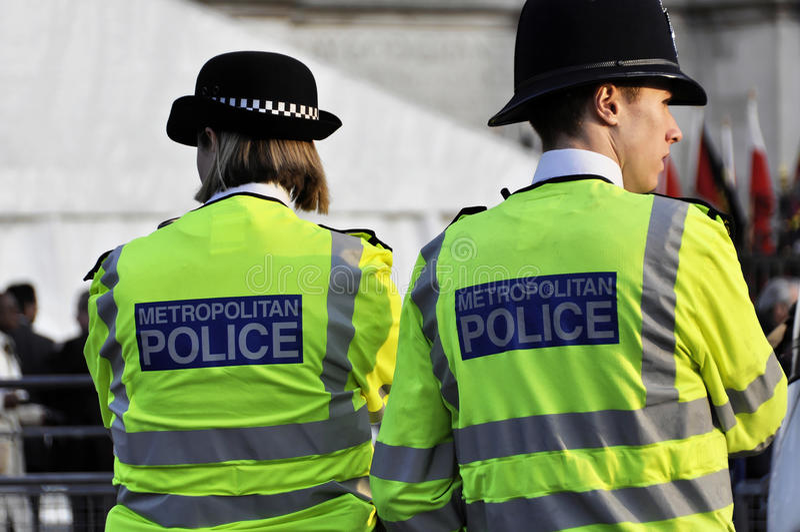 Mujer de la policía y policía de la policía en Londres imagen de archivo