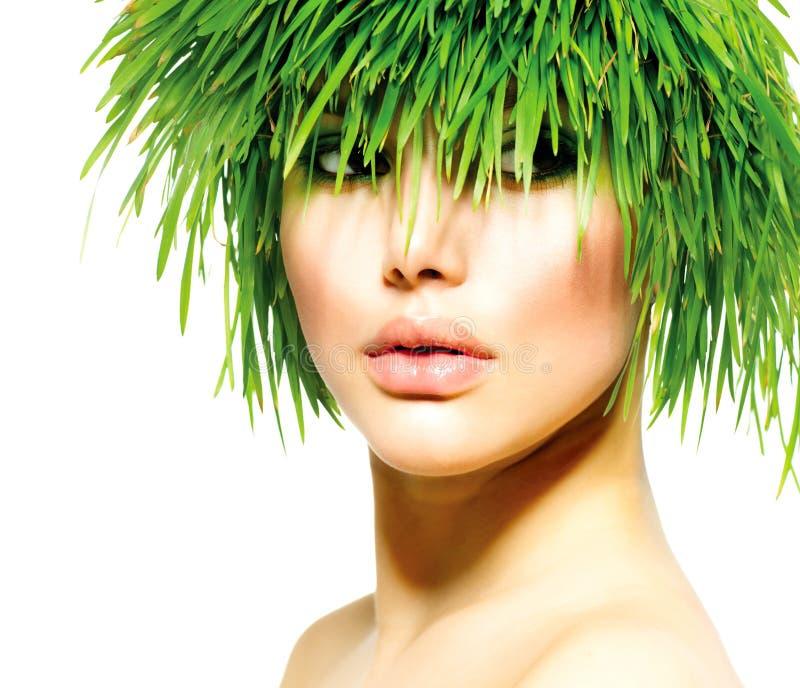 Mujer con el pelo de la hierba verde imagen de archivo