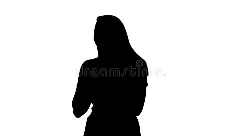 Mujer de la silueta en rosa que habla con la c?mara ilustración del vector
