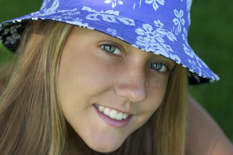 Download Mujer de la sonrisa foto de archivo. Imagen de sombreros - 189732