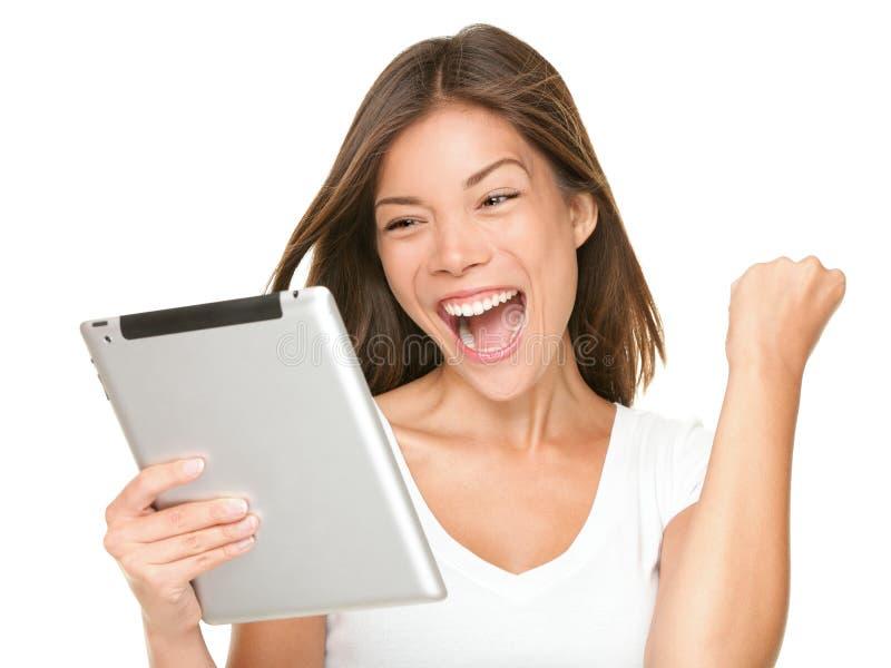 Mujer de la tablilla emocionada imagen de archivo libre de regalías