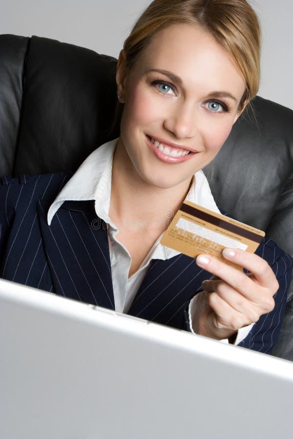 Mujer de la tarjeta de crédito imagen de archivo libre de regalías