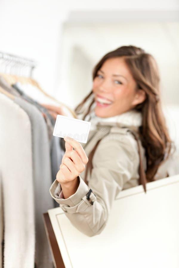 Mujer de la tarjeta de regalo de las compras feliz fotografía de archivo libre de regalías