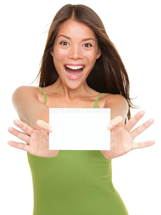 Mujer de la tarjeta del regalo emocionada