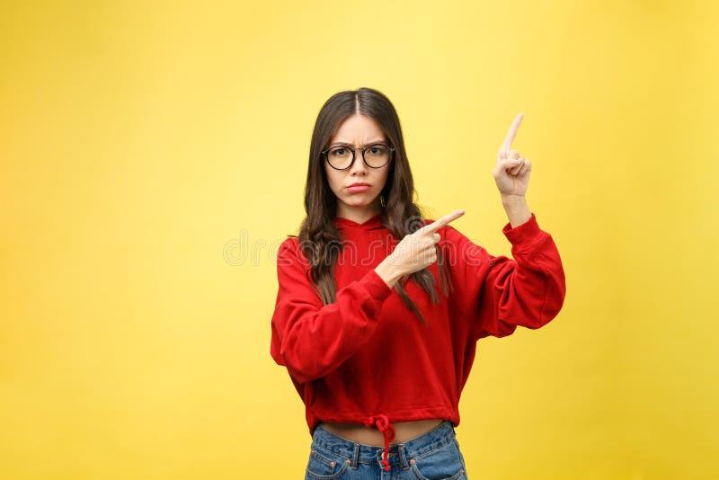 Mujer de la tensión que señala el finger, mirando la cámara Tiro de interior fotos de archivo libres de regalías