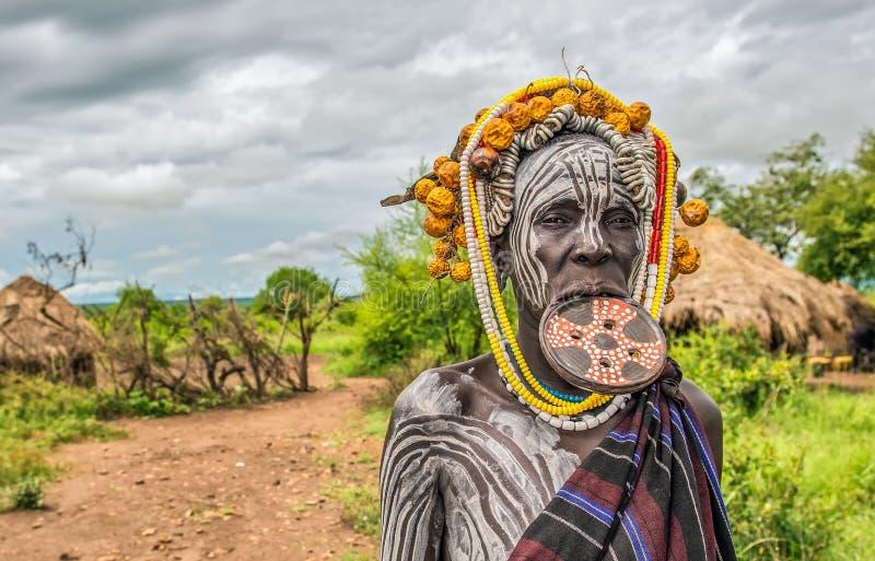 Mujer de la tribu africana Mursi, valle de Omo, Etiopía fotos de archivo libres de regalías