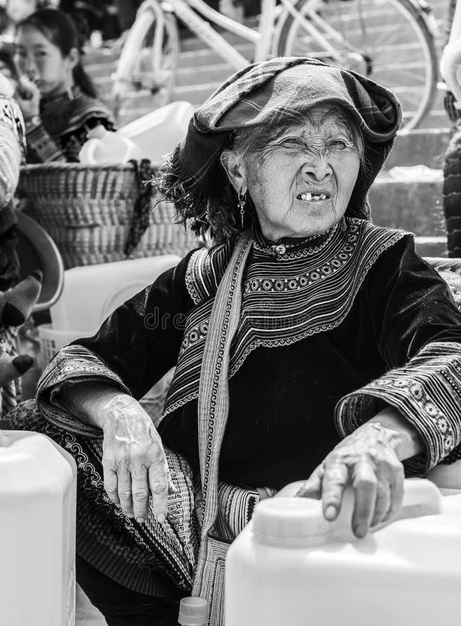 Mujer de la tribu de Hmong que vende cosas en el mercado local, Sapa, Vietnam foto de archivo libre de regalías