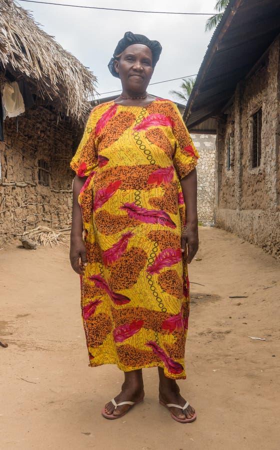 Mujer de la tribu de Pokomo en casas tradicionales foto de archivo
