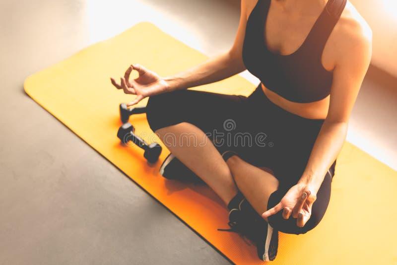 Mujer de la visi?n superior que hace yoga del disparador del finger o pagar deferencia en los entrenamientos de la aptitud que en fotos de archivo libres de regalías