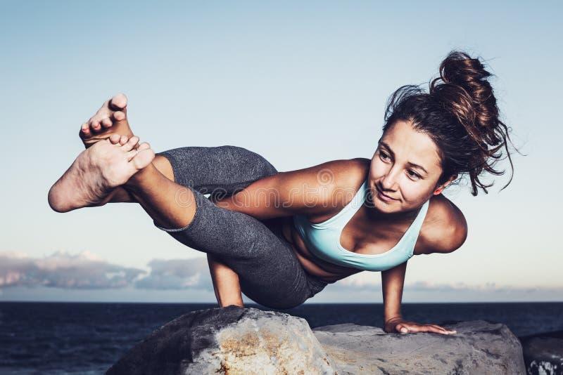 Mujer de la yoga fotos de archivo