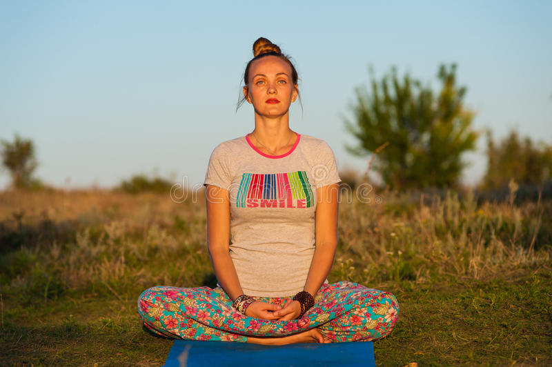 Mujer de la yoga fotografía de archivo