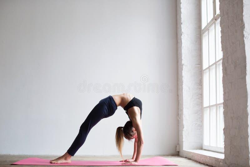 Mujer de la yoga en casa imágenes de archivo libres de regalías