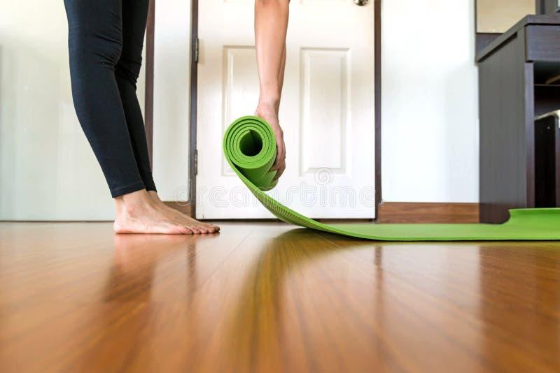 Mujer de la yoga en casa en sitio de la cama fotografía de archivo libre de regalías