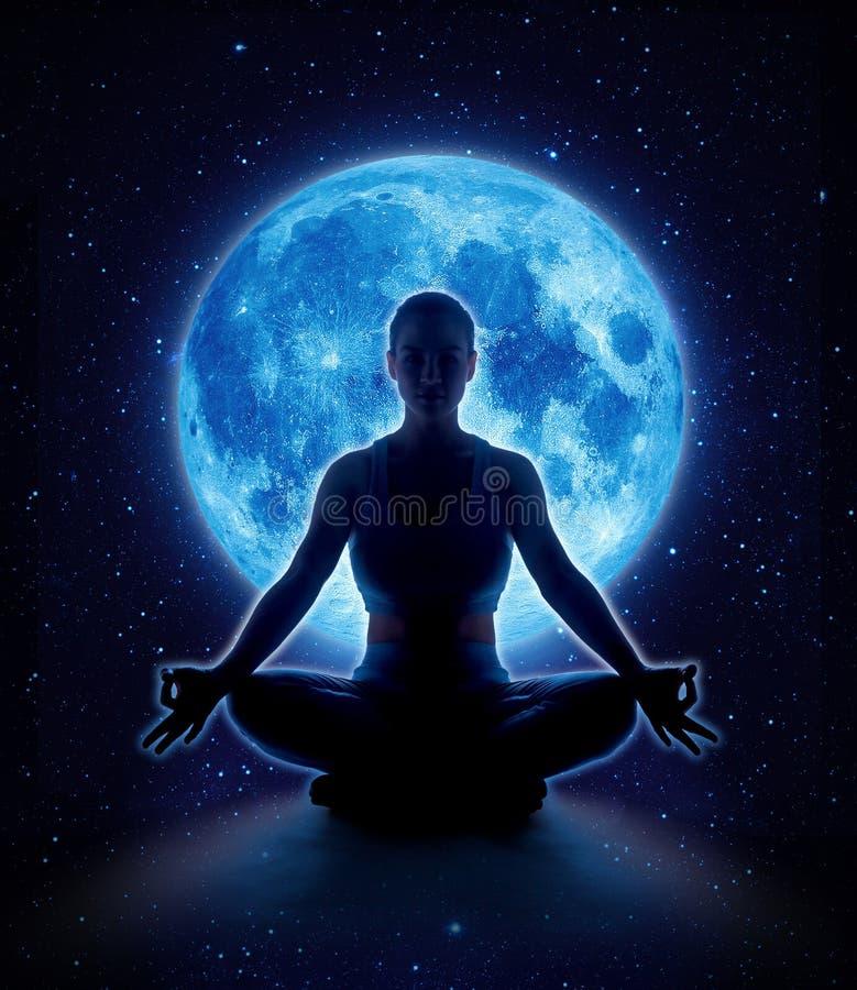 Mujer de la yoga en luna y estrella Muchacha de la meditación en claro de luna imagen de archivo