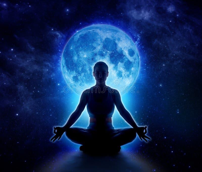 Mujer de la yoga en luna y estrella Muchacha de la meditación en claro de luna imagen de archivo libre de regalías